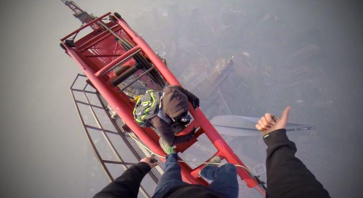 Nézz le a világ egyik legmagasabb épületének tetejéről, de jól kapaszkodj meg! :) 4:45-nél van a csúcs! Ha nem is vagy tériszonyos, ez ütni fog!