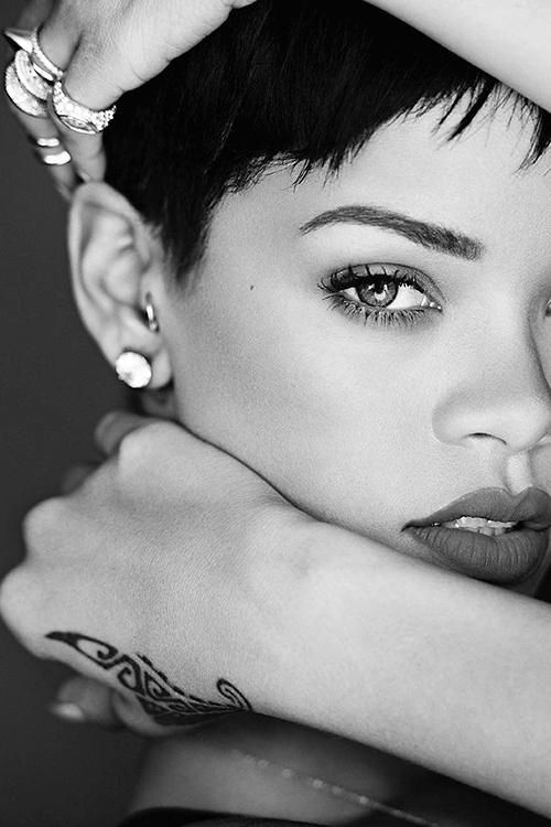 Rihanna | Music Star | Celebritie (SMALL facial features AND pretty EYES)