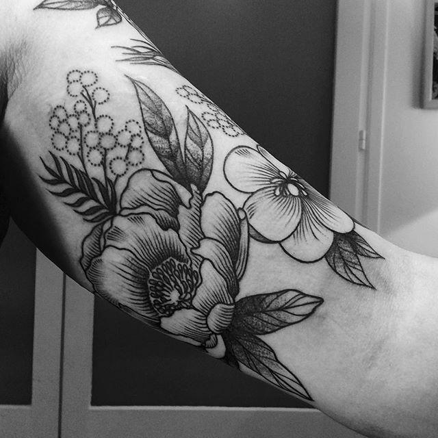 Merci Hélène ! #tattoo #flowerstattoo #flowers #black #blackwork #blackworkers #blacktattoo #armellestb #chezmémétattoo #tattooparis @chez_meme_paris #engraved #engraving #engravingtattoo #FORMink #blackart #blxckink