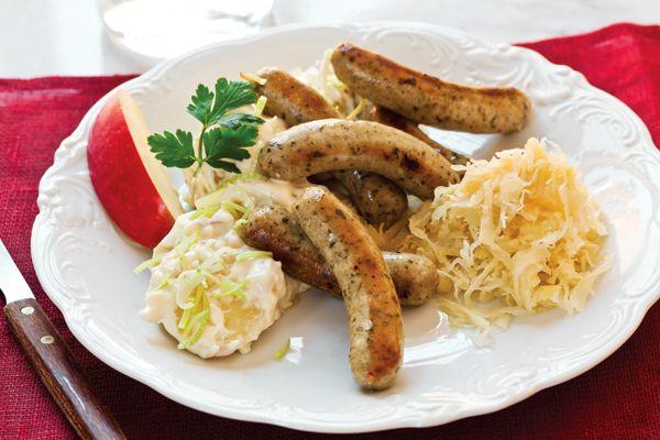 GRILLIRUOKIEN TAI MAKKARAN KAVERIKSI: - Grillattua braatwurstia, hapankaalia ja omainaista perunasalaattia