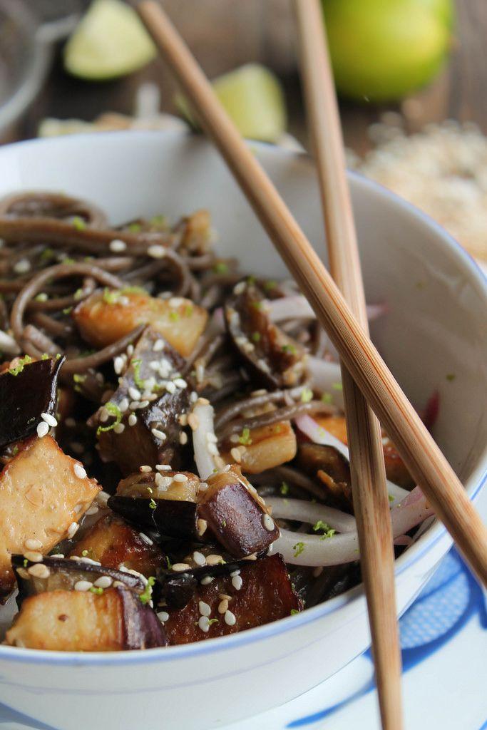 Nouilles soba sautées (2 aubergines, oignon rouge, tofu, nouilles soba, graines de sésame, citron vert, ail, vinaigre de riz)
