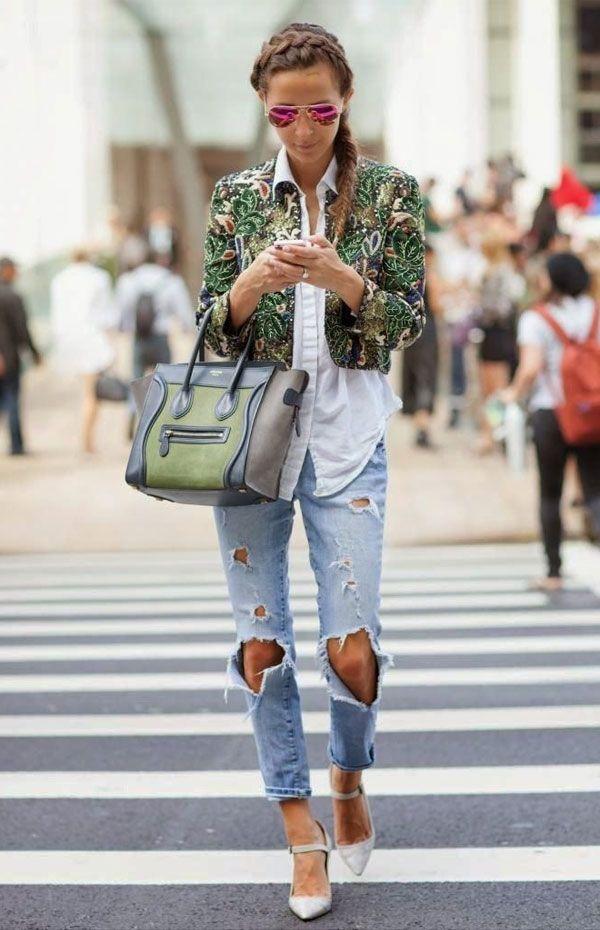 Calça jeans rasgada destroyed com camisa para dar equilíbrio e blazer cropped estampado. A trança no cabelo casou perfeitamente.
