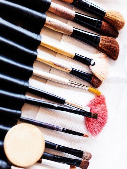 Pinsel dich schön. Mit unseren Pinsel-Tipps reinigst du deine Beautyhelfer richtig und erfährst auch noch, wie oft eine Reinigung sinnvoll und wichtig ist.