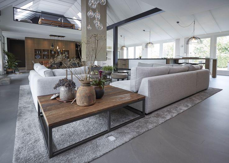 Prachtige woning met Houtwerk meubels! Bekijk meer op de Website.