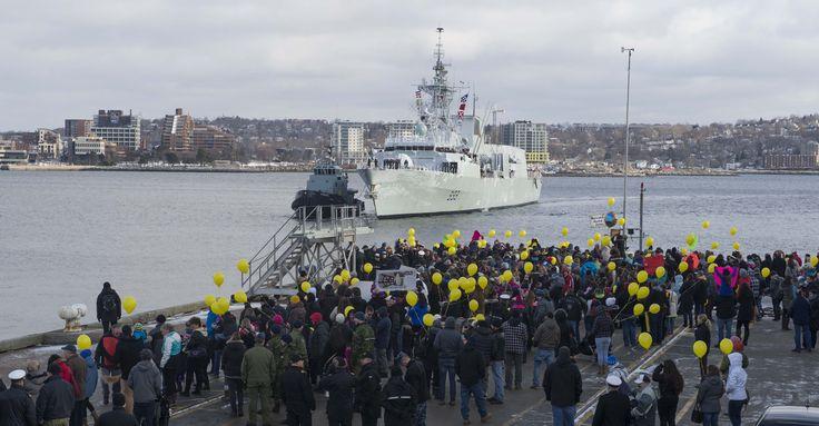 Des familles et des amis accueillent l'équipage du NCSM Toronto lors de son retour à Halifax après un déploiement de six mois dans le cadre de l'opération Reassurance.