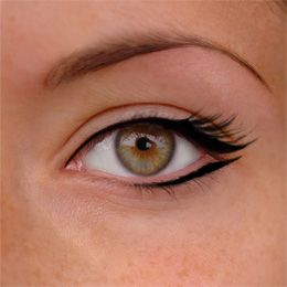 Beautifully simple eyeliner... Sam I think this would be pretty on both of us! @Sam Siuda