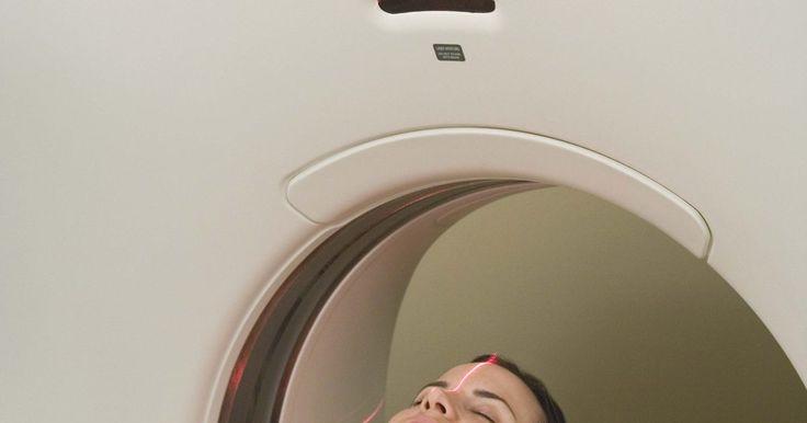Cómo leer una resonancia magnética. RM significa Resonancia Magnética. Este tipo de imágenes ofrecen una excelente mirada a la anatomía y los tejidos dentro del cuerpo de una persona, con un nivel de detalle que es mucho mejor que otros métodos como los rayos X o el ultrasonido. Una de las ventajas de una resonancia magnética es que es capaz de tomar muchas imágenes de diferentes ...