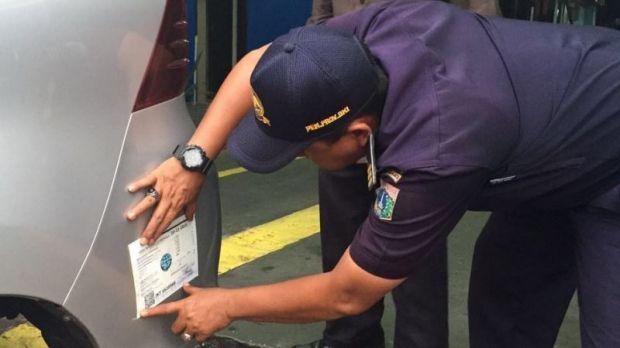 """Taksi Online Akan Ditempeli Stiker, Untuk Apa? http://indonesiatoday.id/wp-content/uploads/2017/03/image-1-52.jpg MALANGTODAY.NET– Taksi online berbasis aplikasi akan ditempeli stiker agar memudahkan para penumpang untuk mengenali kendaraan sewa khusus yang tidak berplat kuning tersebut. Hal tersebut diungkapkan oleh Direktur Jenderal Perhubungan Darat Kementerian Perhubungan, Pudji Hartanto Iskandar. """"Stiker ini tanda di mana taksi online beroperasi,"""" ujar"""
