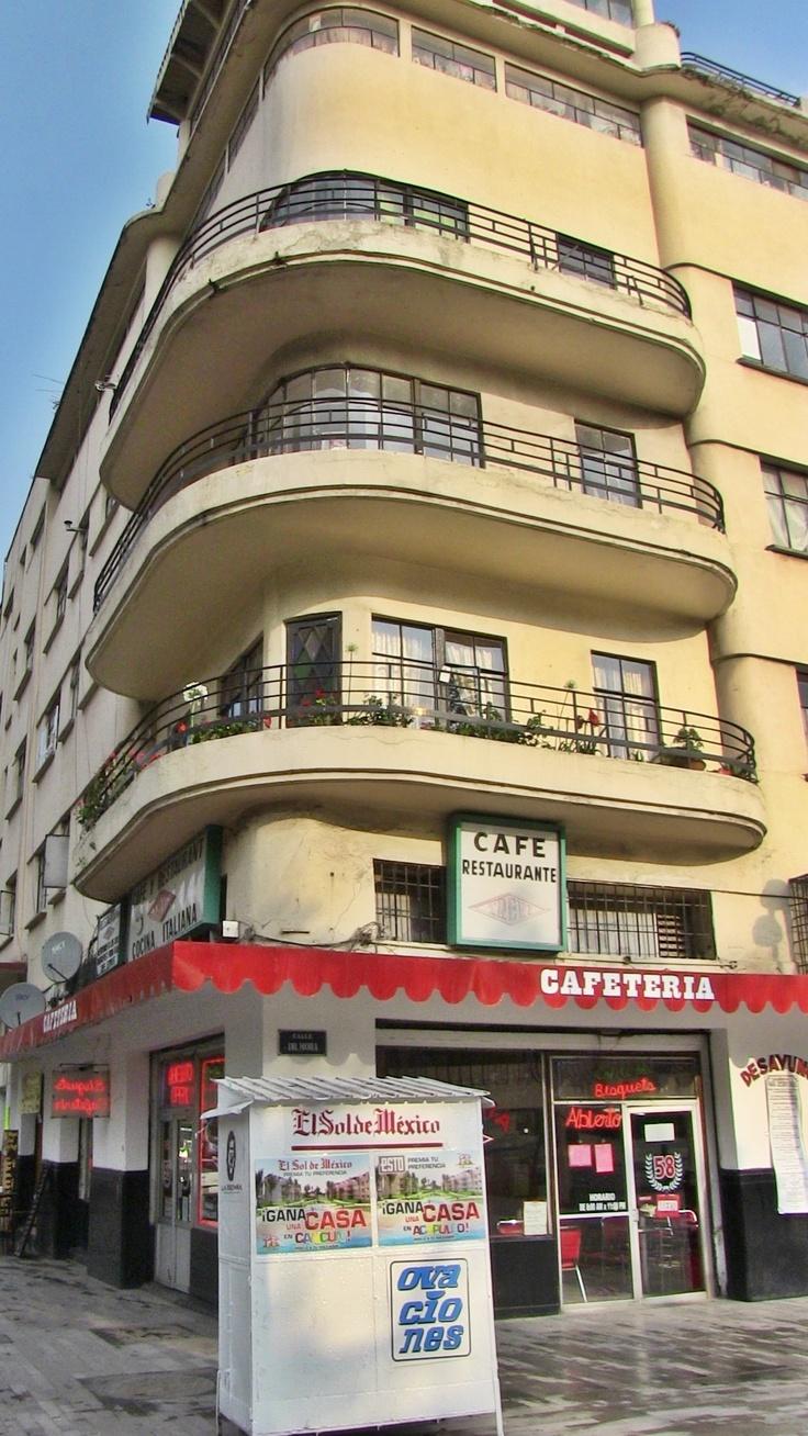 Caminando por la Alameda Central, uno puede llegar a este cafe. Les recomiendo los chilaquiles verdes...