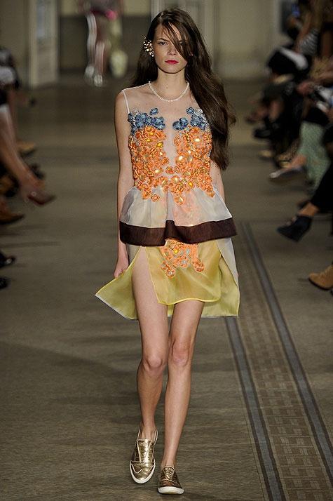 Melk Z-Da muestra una mujer más agresiva vestida con texturas vaporosas. Chaquetas estilo vintage y minifaldas con bordados. Sexy y fuerte a un tiempo.