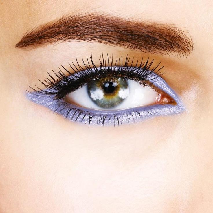 Çekici bakışların sırrı göz kalemi! Göz renginize uygun göz kalemlerini kullanarak ya da zıt renkleri bir arada kullanarak büyüleyici gözlere sahip olabilirsiniz.