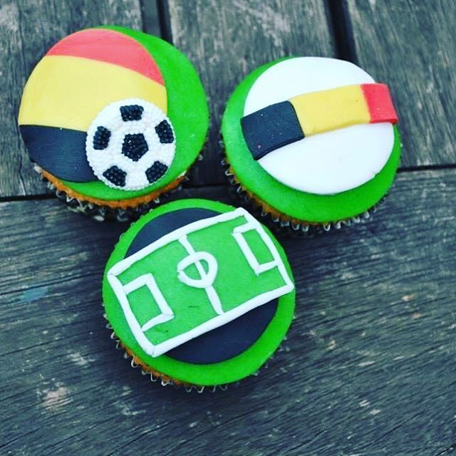 [SOCCER CUPCAKES] ⚽️ Feeling sportive? These cupcakes might be the perfect reward after an intensive soccer session! ⚽️ #kimberlandcupcakes #sintniklaas #soflair #spoilyourboyfriend #bakken #bakking #pastry #pastrychef #soccer #voetbal #soccercupcakes #vanilla #cupcakes #yummie #food #dessert #sports #birthdaycupcake #boybirthday #belgium #belgie #belgianfootball #rodeduivels #instafood