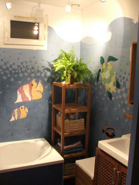 Création d'une mosaïque murale dans une salle de bains représentant des Poissons chirurgiens au fond de la mer