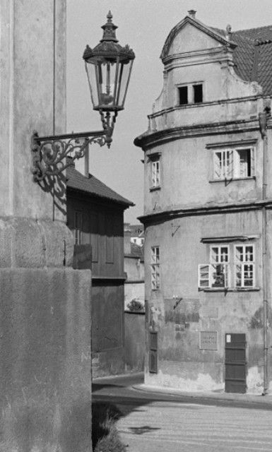 Na rohu (3266) • Praha, říjen 1964 • | černobílá fotografie, Kanovnická ulice, lucerna, dlažba |•|black and white photograph, Prague|