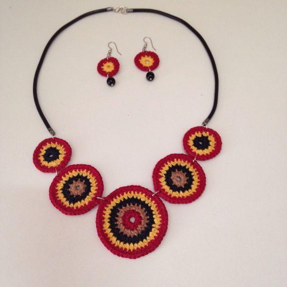 Conjunto de colar e brincos de crochê