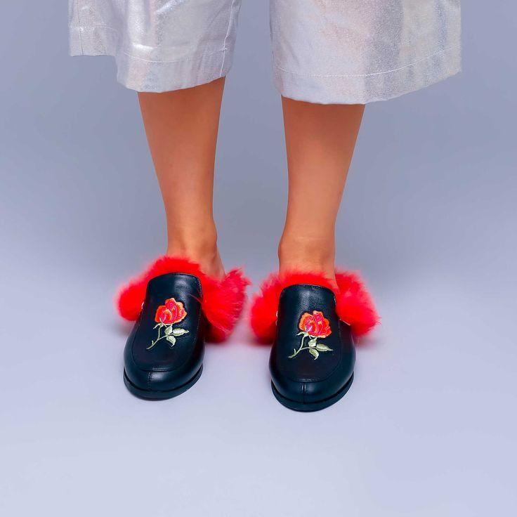 Saboții de damă Mineli Red Fur Slippersdin piele naturală neagrăaccesorizați cu blană naturală roșie,ce vor…