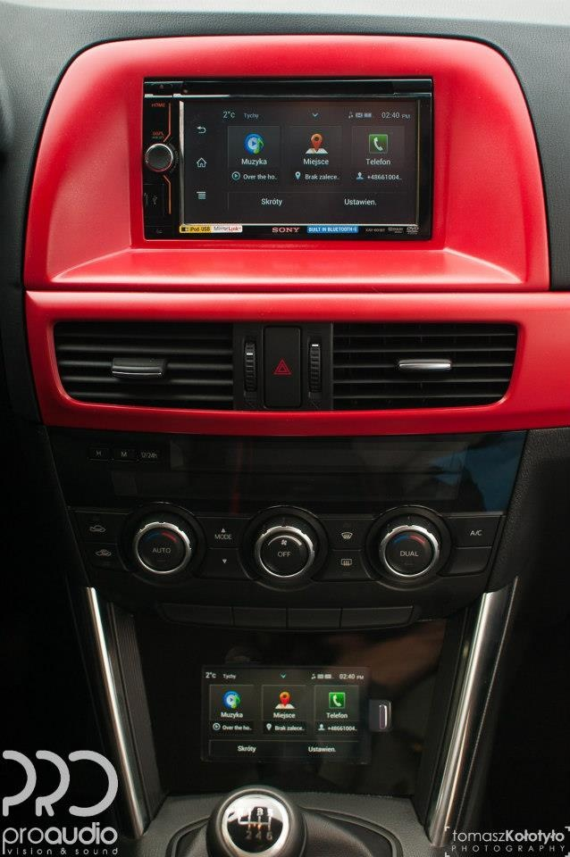 Odtwarzacz CD i mp3 umożliwiający użycie aplikacji App Remote i podłączenie smartfona, odtwarzacza WALKMAN®, iPoda lub telefonu iPhone przez przednie gniazdo USB lub łącze Bluetooth®.