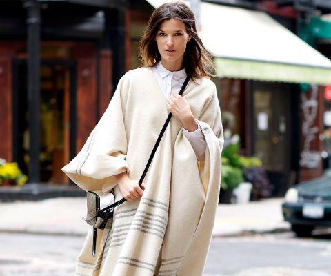 EL PONCHO, ORIGEN Y ESTILO. Hace ya una década volvió a ser una pieza de estilo para el invierno, reinterpretado cada temporada por diversas firmas del mundo de la moda. ¿Cómo esta prenda que nosotras asociamos a la figura del huaso llegó a convertirse en una tendencia mundial? Averígualo en Mujer Paris. http://www.mujerparis.cl/2013/05/el-poncho-origen-y-estilo/