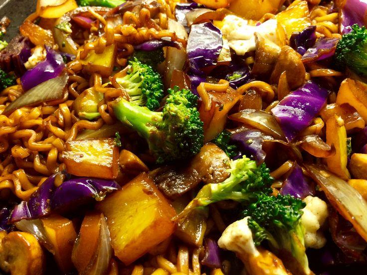 Veckans recept: Vegetarisk rätt med stekta nudlar och grönsaker  http://www.senses.se/stekta-nudlar-recept/