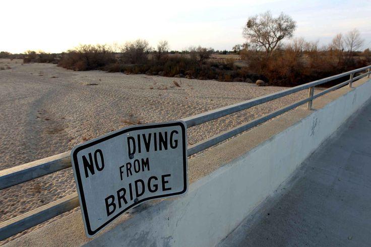 La pancarte «Ne pas plonger du pont» au-dessus de la rivière Kern à Bakersfield (California)