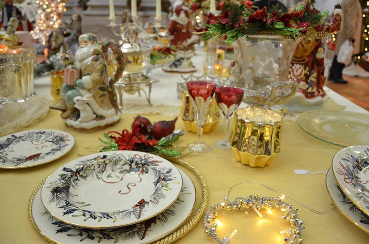 Porcelain,candles,precious tablecloth,figurine,sheffield,cristal glasses and flowers...the best table for Christmas