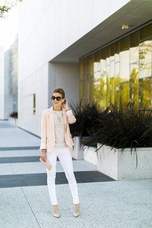 ピンクジャケットとボーダーTシャツと白パンツ着こなしコーデ
