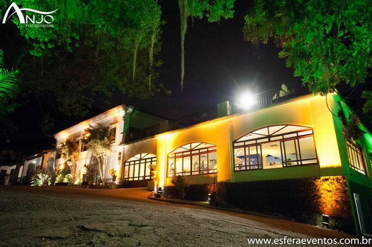 Fachada da Villa Riso toda iluminada