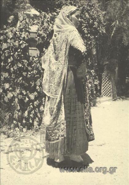 Εορτασμοί της 4ης Αυγούστου: γυναίκα με παραδοσιακή ενδυμασία από τη Σαλαμίνα, 1937. Nelly's (Σεραϊδάρη Έλλη)