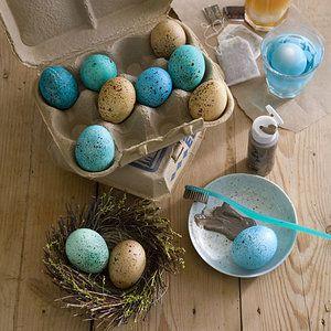Kropenatá vajíčka. Pro tuto techniku nepotřebuje bílá vejce. Správný základový modrý odstín získáte tak, když smícháte trochu modrého a zeleného potravinářského barviva. Flíčky vytvoříte pomocí tmavě hnědé barvy, do které namočíte kartáček na zuby Foto: