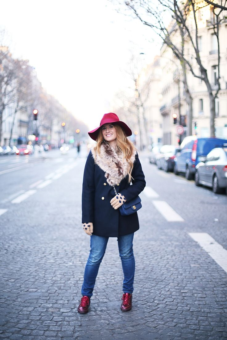 BLOG DE MODA Y LIFESTYLE: NAVY OUTFIT IN PARIS. Navy coat with fur collar+straight denim+burgundy bright sneakers+navy chain crossbody bag+burgund hat+nude gloves with polka dots. Winter Casual Outfit 2016-17