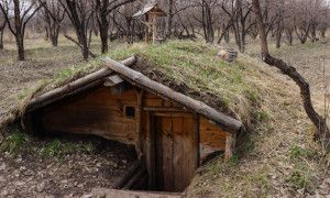 Обваловка землей позволяет лучше сохранять постоянную температуру.