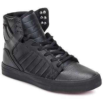 Gå hvorhen du vil, og vær sikker på stilen i disse sneakers med højt skaft fra Supra!  Overdelen i sort læder giver den en sporty og moderigtig stil. Skytop Classic er udstyret med et for i tekstil, og en sål i gummi.   Det bedste er at du selv prøver den! - Farve : Sort - Sko  1008,00 Kr