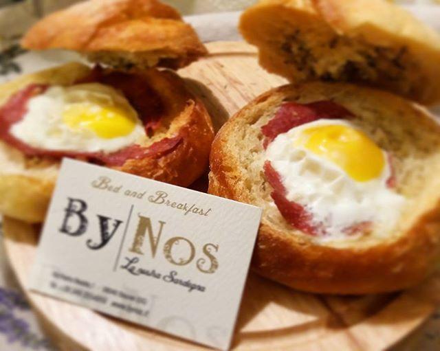 colazione salata per i nostri ospiti tedeschi......pane di patate, pecorino fresco, salamino e uova......non sarebbe male abituarsi alle colazioni tedesche!! www.bynos.it