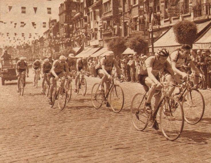 Tour de France 1952. 4^Tappa, 28 giugno. Rouen > Roubaix. Seclin. In un'atmosfera di festa, passa il gruppo dei fuggitivi. Conduce Maurice Quentin (1920-2013) davanti a René Berton (1924-2006), Jean Dotto (1928-2000), Marcel Zelasco (1924-2002), Alfredo Martini (1921-2014), Georges Decaux (1930-2015), Lucien Lazarides (1922-2005), Hein Van Breenen (1929-1990), Jan Nolten (1930-2014) e Pierre Molineris (1920-2009) [Le Miroir des Sports]