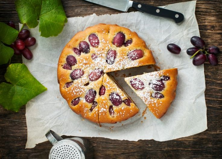 Шарлотка по-советски – это простой бисквит и нарезанные яблоки.  Предлагаем взглянуть на любимый пирог под другим углом и  добавить в шарлотку ягоды, орехи и даже белый шоколад.