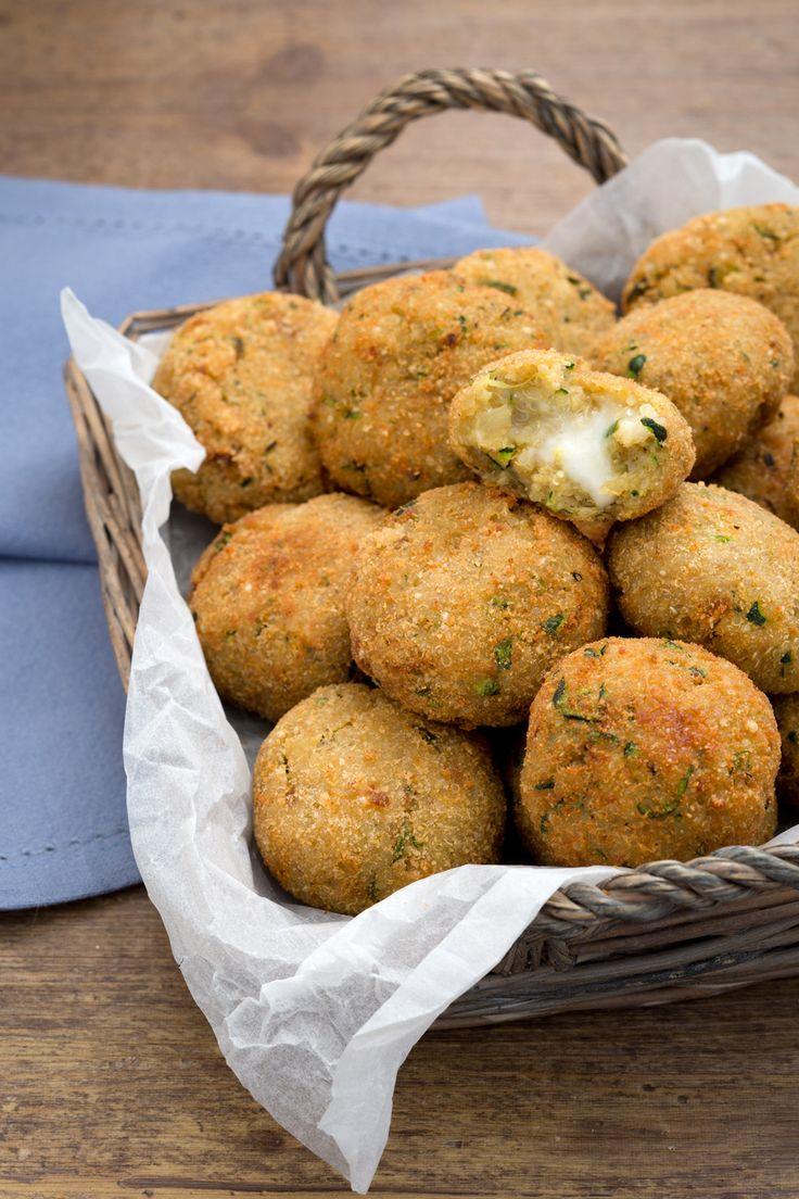 Polpette di quinoa, zucchine e stracchino: dorate, croccanti e dall'irresistibile ripieno cremoso.  [Quinoa balls with zucchini anche caprino cheese]
