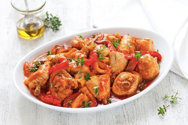 Una ricetta facile, un secondo piatto a base di carne bianca che risolve una cena in famiglia o fra amici. Il pollo ai peperoni piacerà a tutti!