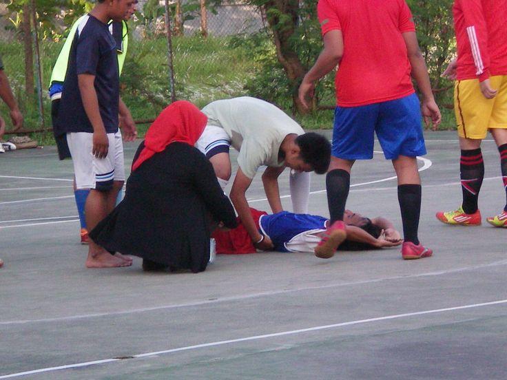 """Terjadi cidera pada salah satu pemain Esteba """"Delon"""" ketika sedang bertanding."""
