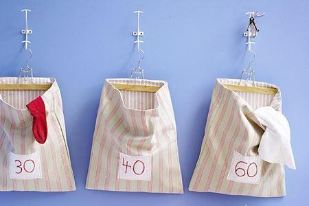Die praktischen Wäschebeutel werden an Hosenbügeln befestigt und sind natürlich selbst genäht. Jeweils eine doppelte Lage Stoff macht sie haltbar, die...