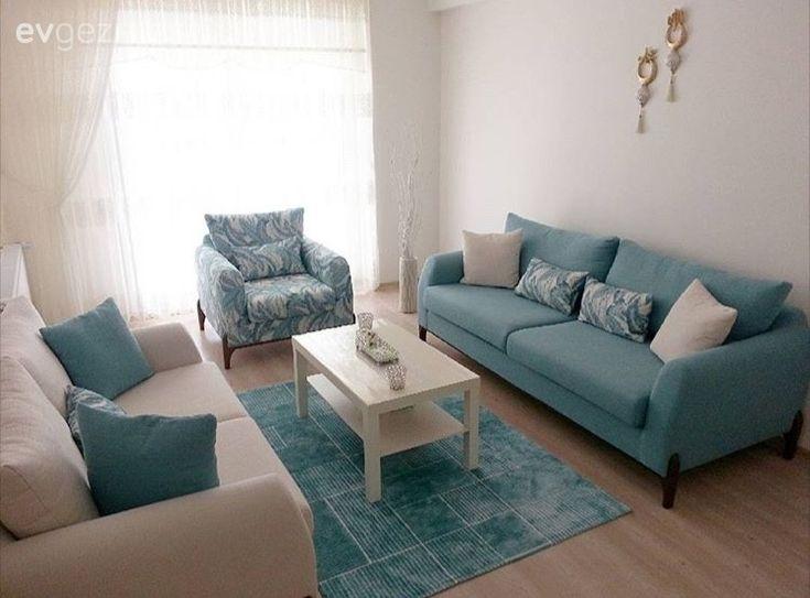Mavinin dingin bir tonuyla rahatlatıcı bir dekora sahip oturma odası..
