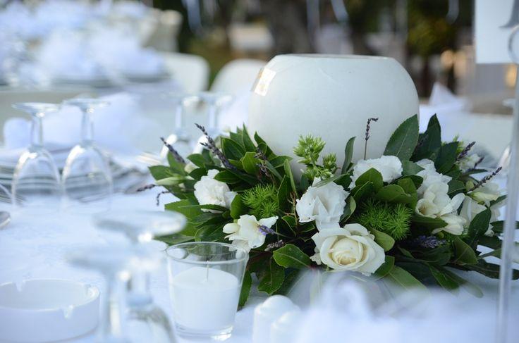 Σύνθεση με λευκά λουλούδια και μπάλα κερί. #διακοσμησητραπεζιου #λευκο #λεβαντα #μπαλακερι