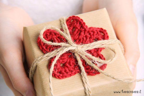 Christmaswrapping Fare pacchi di Natale originali è importante quanto il contenuto del regalo. Oggi troverete tre idee per realizzarne di graziosi a uncinetto.
