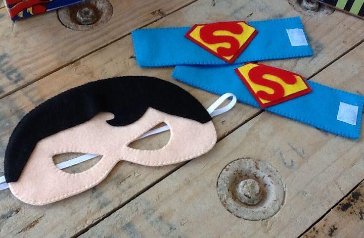 Kit Super Heróis - Máscaras e Braceletes    Uma ótima opção para lembrancinhas.  Os meninos adoram e as mamães também, pois as máscaras em feltro são super confortáveis !    Confeccionadas em feltro e elástico, os braceletes são fechados com velcro. Totalmente manual.