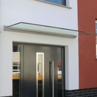 Das erste schwebende Haustürdach. Das ist Glas ist VSG und wird nur von der Wandleiste gehalten.