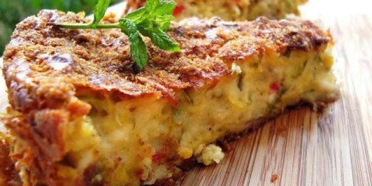 Κολοκυθόπιτα χωρίς φύλο. Υλικά 4 κολοκυθάκια 250 γρ. στραγγιστό γιαούρτι 2 αυγά 1 ποτήρι αλεύρι που φουσκώνει μόνο του 1 μεγάλο κομμάτι τυρί φέτα (200 γρ.) 1/3 ποτηριού καλαμποκέλαιο 1 μικρό κρεμμύδι 1/2 κόκκινη πιπεριά αλάτι πιπέρι άνηθο (φρέσκο ή ξερό) δυόσμο (φρέσκο ή ξερό) λίγη φρυγανιά τριμμένη Εκτέλεση Τρίβετε στον τρίφτη τα κολοκυθάκια, ρίχνετε …