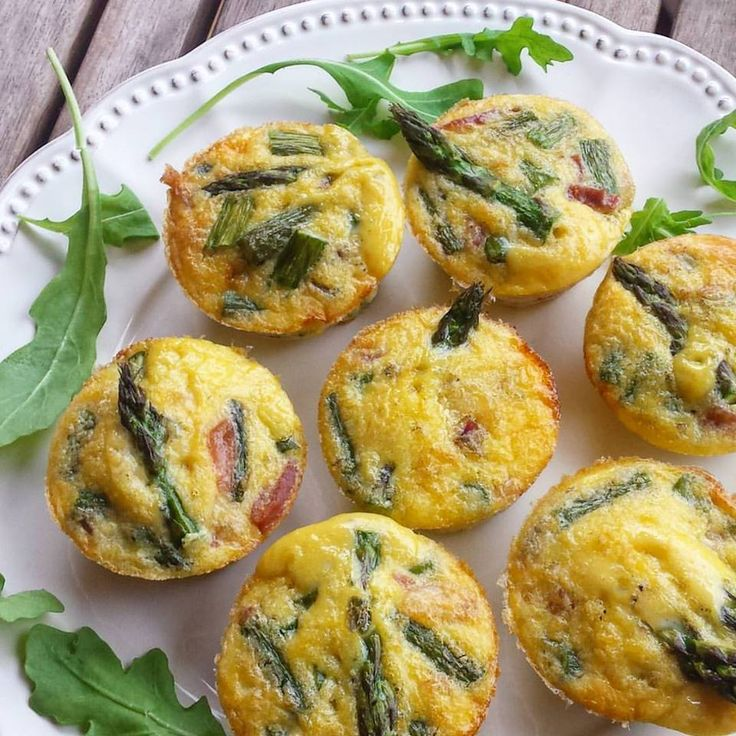 Mini muffins de jamón serrano y espárragos verdes Un bocadito delicioso y la mar de sencillo de preparar que queda de lujo...