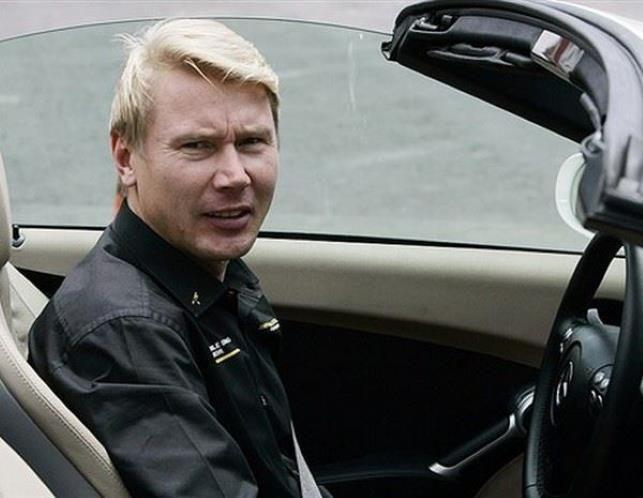 Mika Häkkinen (© PA)  en un MERCEDES BENZ SL en 2008