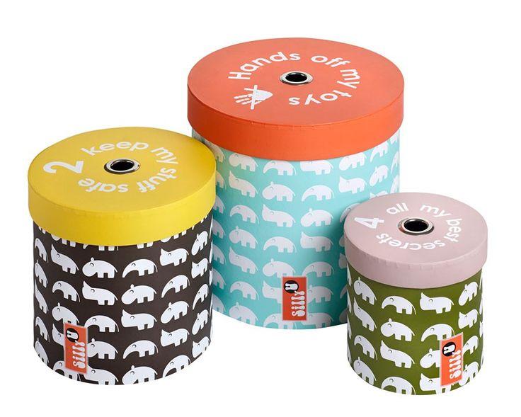 """Set van 3 Zoopreme - Super leuke opbergdozen uit de collectie Zoopreme van Silly U. Zo wordt opruimen wel heel leuk! De set bestaat uit 3 opbergdozen met deksel en zijn gemaakt van zeer stevig, dik karton in de prachtige kleuren turquoise, koraal, zwart, geel, army groen en lila.   Met vrolijke Zoo dieren op de zijkanten en in de deksels zit een ring zodat je ze makkelijk met je vinger kan open maken. Op de deksels staan leuke teksten als """"Hands of my toys"""", """"2 keep my stuff save"""" en """"For…"""