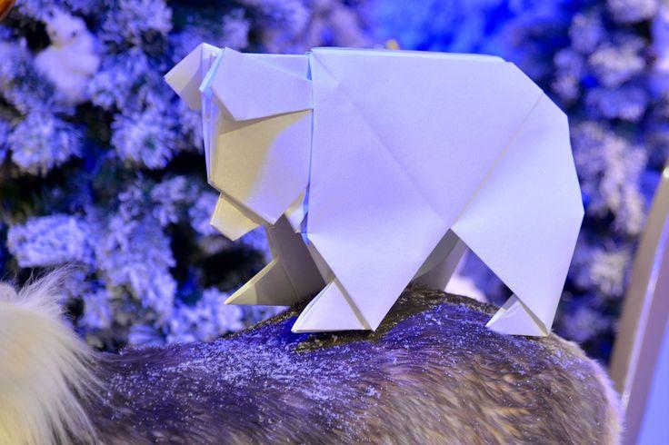 NOEL POLAIRE AUX GALERIES LAFAYETTE OURS EN ORIGAMI Voici un ours pailleté en #origami réalisé durant la soirée VIP des Galeries Lafayette d'Avignon à partir du magnifique modèle créé par #EdwinCorrie. Mon mari et moi avons plié cet ours XL en direct à partir d'un carré de papier d'1m50! Merci à Guillaume Samana pour ces jolies prises de vue en plein décor polaire. www.photo-avignon.com. #Oursorigami #GaleriesLafayette