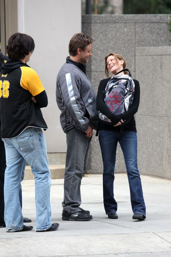 Russell Crowe & Elizabeth Banks film scenes for The Next Three Days on location in Pittsburgh.